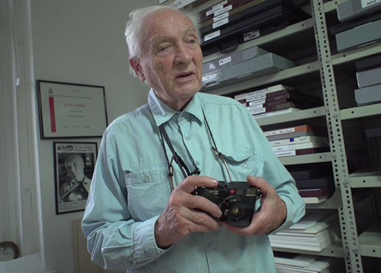Jürgen-Schadeberg-and-his-Leica-cameras