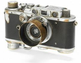 Yevgeny-Khaldei's-Raising-a-flag-over-the-Reichstag-Leica-III-camera