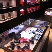 Ralph-Nelson'-Leica-M4-cameras-kit-in-Leica-store-Lisse